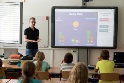 V porovnaní so zahraničím platy učiteľov na Slovensku zaostávajú. Rastú však rýchlejšie ako mzdy verejných zamestnancov