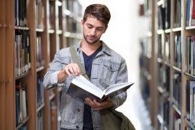 Titul bakalár študentom nestačí. Máme ich najmenej v OECD