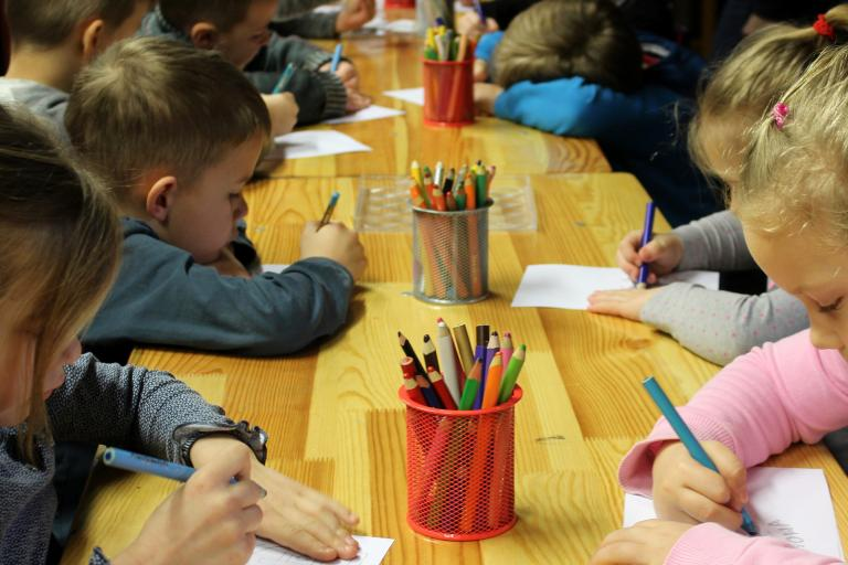 NKÚ: Škôlky sú preťažené